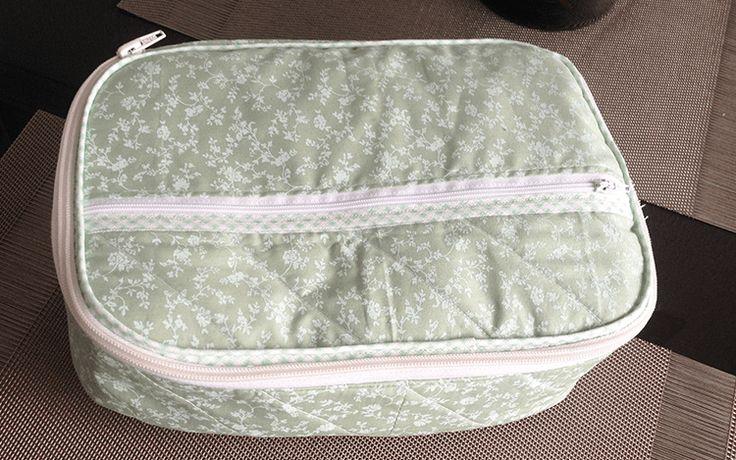 Essa maletinha pode ser usada de várias formas, como porta esmaltes, porta maquiagem, cremes, medicamentos entre outros. Segue o passo à passo logo abaixo para você fazer a sua também. Boa costura!…