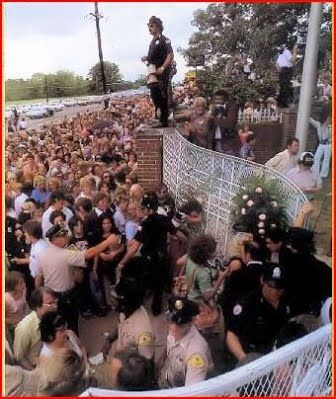 August 1977 at Graceland. The shocked fans. The shocked police. The shocked world. Goodbye my love