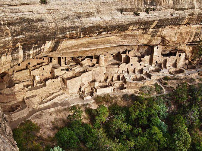18. Одни из самых хорошо сохранившихся скальных поселений в США находятся в национальном парке Месса-Верде в штате Колорадо. В 600-1300 гг. н.э. здесь жило племя индейцев пуэбло.