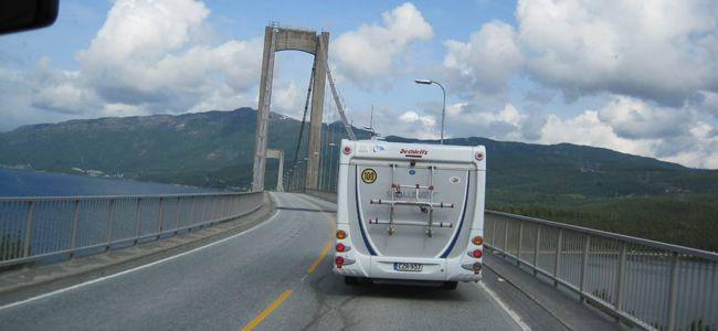 Tie E10 on siltoja...siltoja.   Kuva: Esko Vähämaa.
