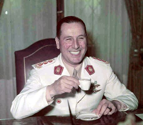 Juan Peron tomando un café