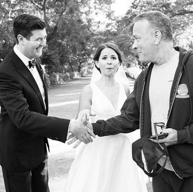 #интересное  Том Хэнкс оказался на свадебных снимках молодоженов (5 фото)   Известный американский актер Том Хэнкс оказался на свадебных снимках молодоженов Элизабет и Райана. Все произошло во время утренней пробежки Тома в Центральном парке Нью-Йорка. Фотогра�