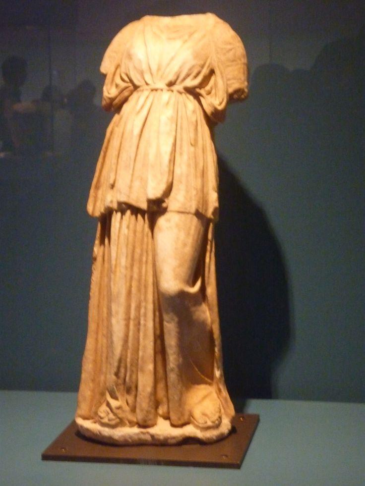 estatua funeraria de joven mujer,