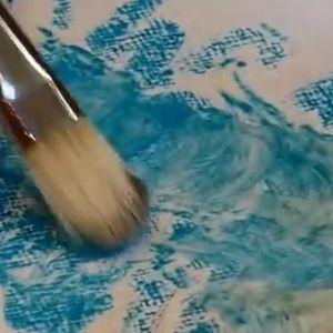 Aujourd'hui j'ai le bonheur de vous présenter Brigitte Corseaux grande pastelliste de renom qui va vous expliquer dans cette vidéo les secrets du pastel et plus particulièrement le travail des pastels secs et gras, à l'huile ou tendres sur des matières différentes : – Un apprêt pour pastel – Le pastel card avec un fond …
