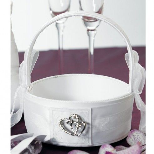 Dit satijnen bloemenmandje is afgewerkt met satijnen linten en een prachtig dubbel hartje. Met dit bloemenmandje zal ieder bruidsmeisje stralen. Vul het bloemenmandje met echte of zijden rozenblaadjes en laat uw bruidsmeisjes schitteren op deze dag. Ze zullen trots voor de bruid een bedje van rozenblaadjes uitstrooien.