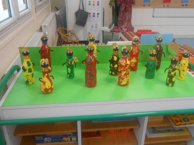 Personnages africain en bouteille d'eau - Exposition sur l'Afrique PS/GS - Galerie - Forums-enseignants-du-primaire