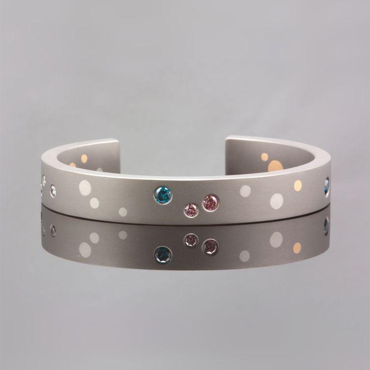Titanium armband 'Confetti' met platina en 18 karaat geelgouden stippen, bezet met roze, blauwe en witte diamant.