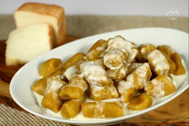 Gli gnocchi di zucca con salsa di taleggio, sono un primo piatto sostanzioso e molto saporito: sono conditi con una salsa di taleggio che li rende golosamente invitanti.
