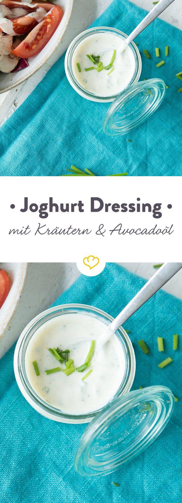 Salat ohne Dressing ist wie Nudeln ohne Sauce: Langweilig. Den richtigen Kick bekommen knackige Salate mit diesem Joghurt-Kräuter Dressing mit Avocadoöl.