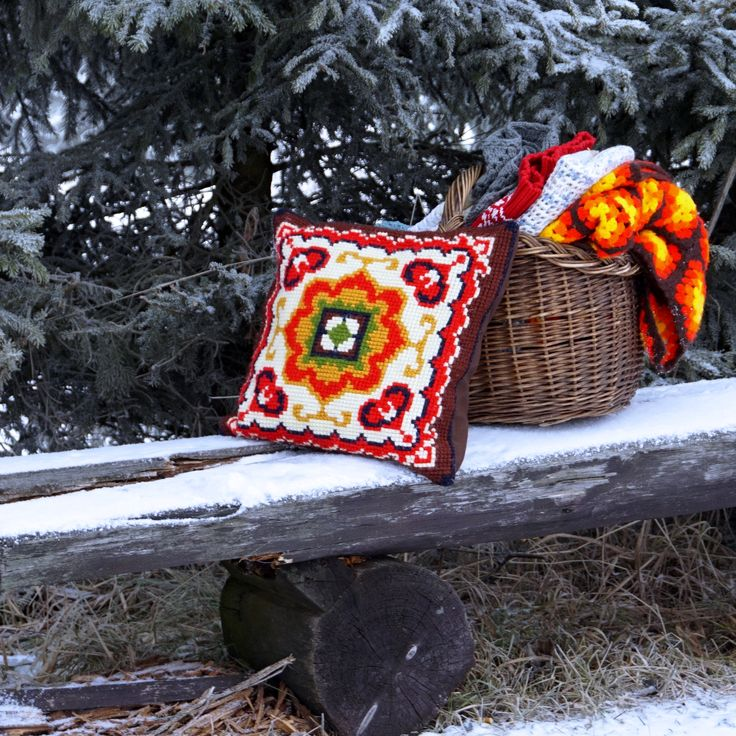 зима. уют, деревенский стиль, подушка. винтаж, рустик, старинная корзина