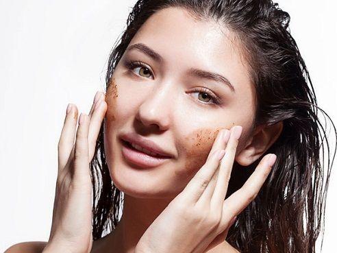 Hábitos de esfoliação que podem prejudicar sua pele