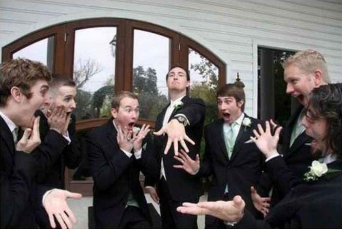 Trouwfoto's zijn over het algemeen bedoeld als een romantisch en vooral mooi aandenken. Maar de onderstaande foto's van de bruidsjonkers zijn juist alles behalve dat. Ongemakkelijk, grappig, vet, raar en hilarisch. Er komt van alles voorbij. Ideetje voor jouw toekomstige bruiloft?