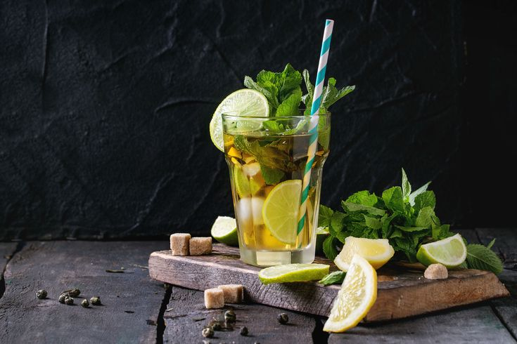 El refrescante sabor de este té verde helado con menta y limón lo convierte en una bebida perfecta para tomar a cualquier hora del día. Además, su preparaci