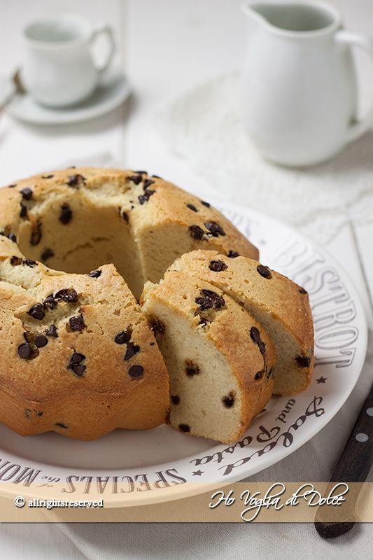 Ciambella con albumi e gocce di cioccolato, una torta ideale per consumare gli albumi in frigorifero o riciclare la cioccolata in eccesso. Facile e veloce