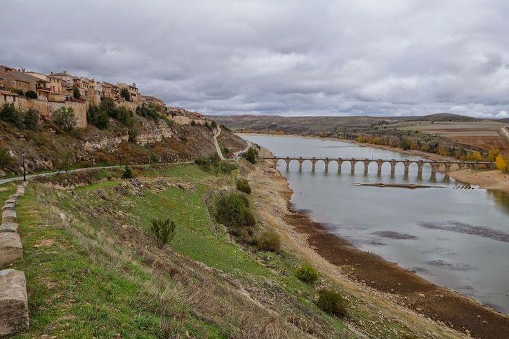 Volvemos a #Segovia, hoy para mostraros un poco el curioso pueblo de #Maderuelo, a tan solo 40 minutos de nuestra Casa. Esta Villa monumental fue edificada sobre un alargado espolón rocoso para dominar los meandros del río Riaza en su descenso hacia el Duero.