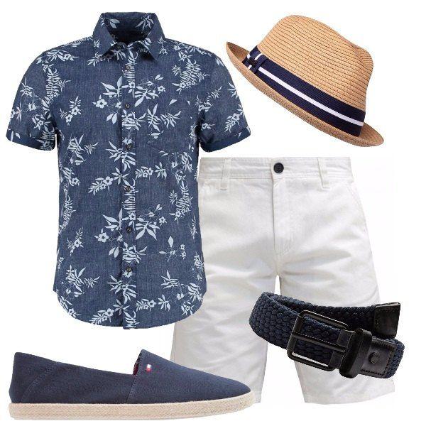 Outfit composto da camicia blu con fantasia floreale, bermuda bianchi, cintura blu intrecciata, scarpe basse blu in tela e cappello panama con banda bianca e blu.