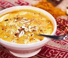 En symfoni av kryddor ger smak till den här sötpotatissoppan med kokosmjölk. Curry, ingefära, chili, lime sätter fart på smaklökarna och den ljuvligt krämiga soppan toppas med cashewnötter. En gyllengul vegetarisk soppa som får dig att drömma om varma länder.