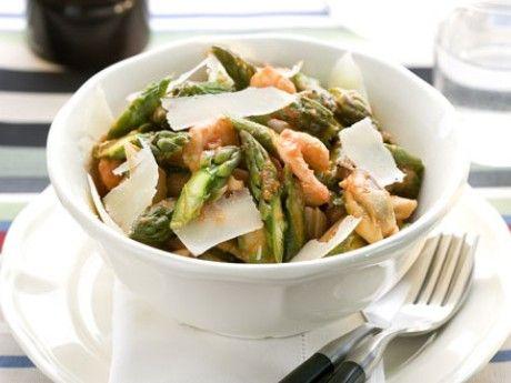 Sparrispasta med skaldjur och plommontomatsås Receptbild - Allt om Mat