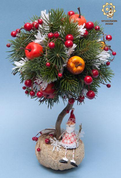 Новогоднее дерево с Дедом Морозом. Необычное новогоднее дерево подойдет в качестве украшения стола. Маленький Дед Мороз с волшебной палочкой обязательно исполнит заветное желание!