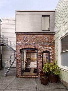 세탁실로 사용하던 오래된 건물을 리모델링하여 멋진 게스트하우스로 변신시켰네요..미국, 캘리포니아에 위치하고 있고 약 3평 정도의 작은 공간 안에 생활에 필요한 모든 시설을 갖추었습...
