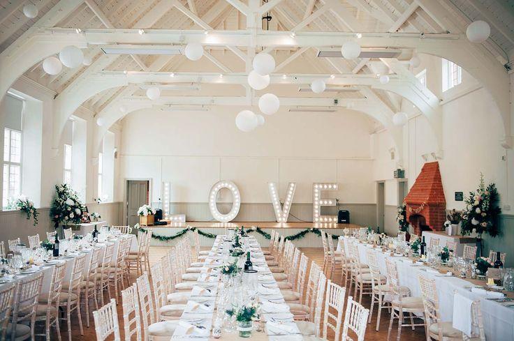 Festlich eingerichteter Hochzeitssaal: LOVE