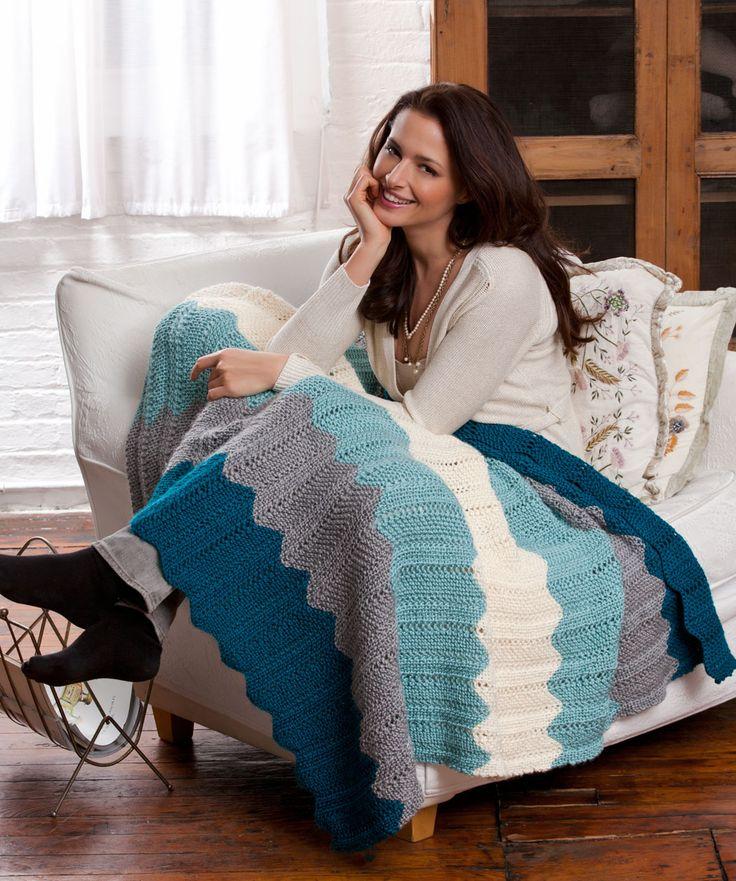 Dieses klassisch schöne Muster wird durch die Farben aktualisiert. Stricken Sie sie, um sich selber zu verwöhnen und sich mit dieser Decke einen entspannten gemütlichen Abend zu gönnen. Oder machen...