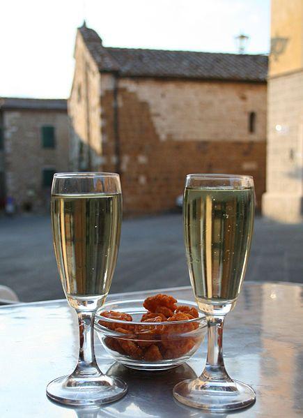 italy_italian_new_year_custom_tradition_prosecco_wine  New Year customs and traditions in iItaly