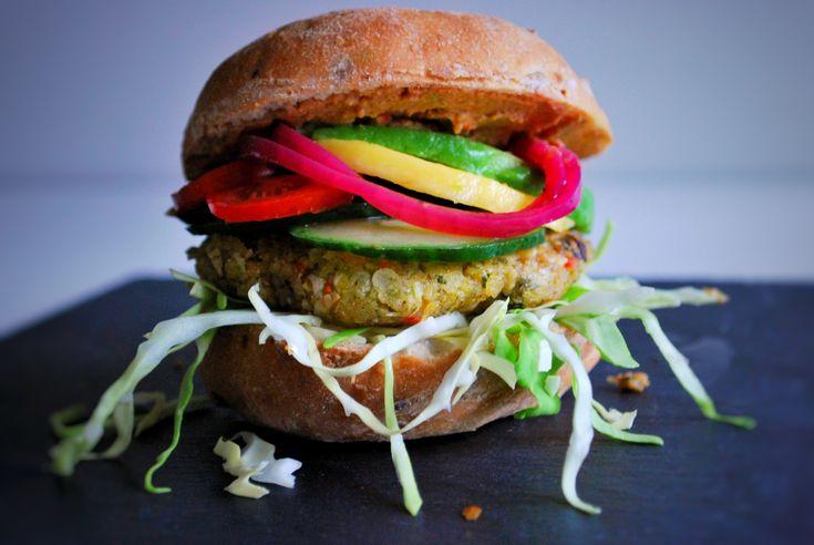 Nogle gange må aftensmaden gerne være nem, men skal man så gå på kompromis med smagsoplevelsen? Absolut ikke. Prøv denne lækre glutenfri og vegansk burger.