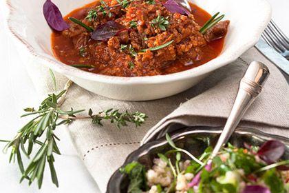Keitä ohrasuurimot kypsiksi ohjeen mukaan. Hienonna punasipuli pieneksi, mausta se sitruunamehulla ja lisää oliiviöljy. Hienonna tomaatti ja kurkku pieniksi kuutioiksi ja sekoita pohjaan. Lisää (myös pakkauksen ohjeen mukaan kypsennetty) keitetyt ohrasuurimot ja mausta suolalla. Hienonna yrtit, raasta sitruunasta kuori salaatin … Continued