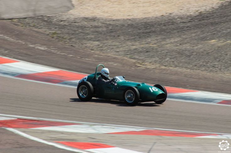 #Aston_Martin #DBR4/4 de #Formula_1 sur la piste de #Dijon_Prenois au #GPAO Article original : http://newsdanciennes.com/2015/06/07/news-danciennes-au-grand-prix-de-lage-dor/ #Racecar #VintageCar #ClassicCar
