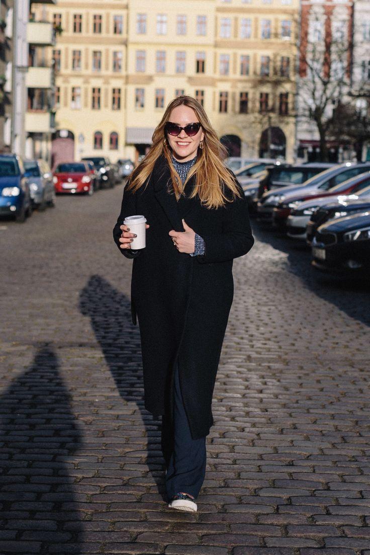 Team Journelles wears #3 – Charlotte Office Outfit Look im Winter. Schwarzer Mantel: COS, Pullover: Weekday, Hose: Zara, Blazer: H&M, Schuhe: Erden x H&M, Tasche: Saint Laurent, Ohrringe: Jane Koenig #ootd #outfit #trend #style #look #fashion #inspiration #scandic #minimalistisch #minimal #coat #plateausneaker #erdem #hundm #sneaker #officelook #business #inspiration