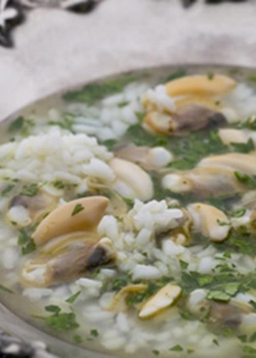 Caldo de amêijoas com arroz e coentros