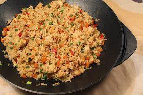 En dejlig hurtig søndagsret...   Til 4 personer skal du bruge:  4 dl ris  8 dl vand  1½ hønseboullionterning  200 g kyllingefilet i tern  20...