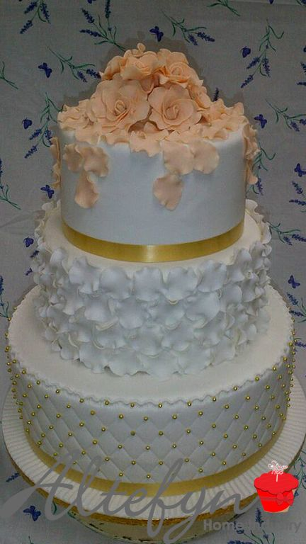 This Carrot, Red Velvet and vanilla cake was done by our Wedding cake whisperer today. All alone in the kitchen. Just Papali and this cake and we can see why. .. isn't this gorgeous. So talented.