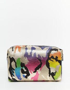 ASOS – Make-Up-Tasche mit  übergroßem Tarnmuster in Metallic