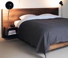 Una testata in legno con piccoli comodini, una soluzione se la nostra stanza non è spaziosa.