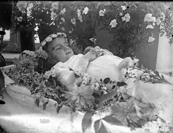 Mädchen auf dem Totenbett, ca. 1935
