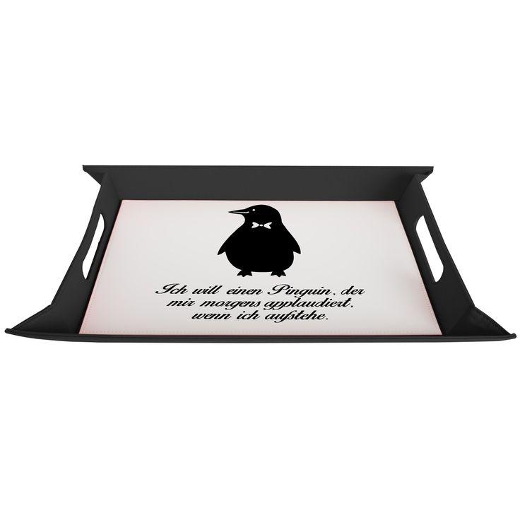 Serviertablett aufklappbar Pinguin aus Premium Kunststoff  schwarz - Das Original von Mr. & Mrs. Panda.  Dieses wunderbare Serviertablett von Mr. & Mrs. Panda ist wirklich etwas ganz besonderes. Es ist mit unseren wunderschönen Motiven bedruckt und lässt sich auf dem Tisch als wunderschöne Unterlage benutzen.  Es ist sehr stabil und 25 cm x 35 cm groß.    Über unser Motiv Pinguin  Pinguine, die süßen Tiere im schicken Wrack, gehören zu den Seevögeln, obwohl sie nicht fliegen können…