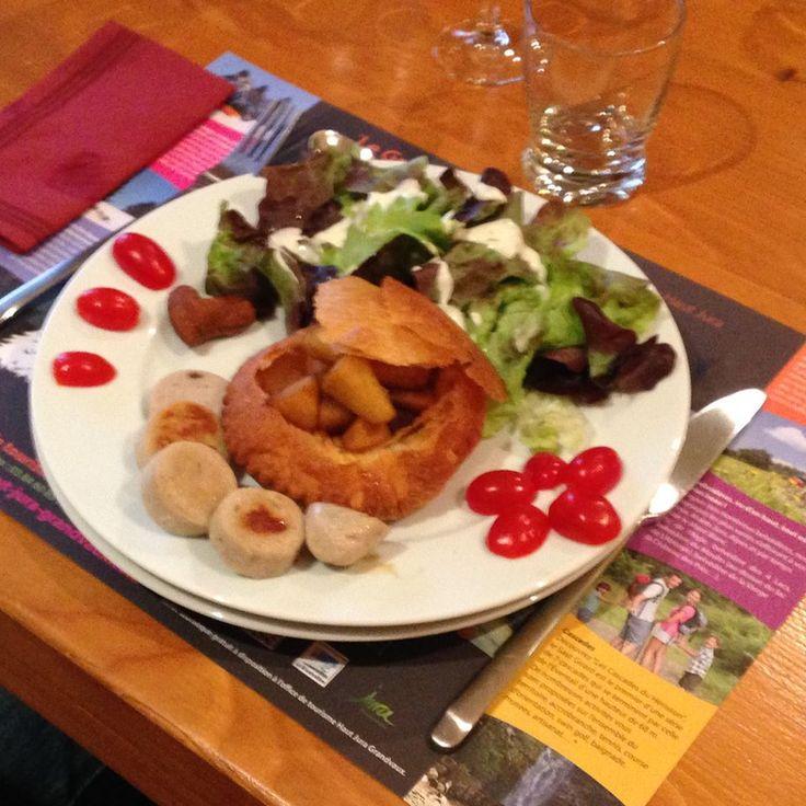 table d'hôtes O Tséza Feuilleté avec ses pommes au caramel et vinaigre balsamique, boudin blanc au vin jaune et morilles, salade verte