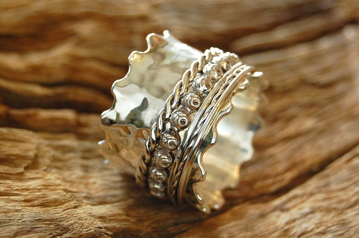 The Wavy Passion Roses Spinner Ring.