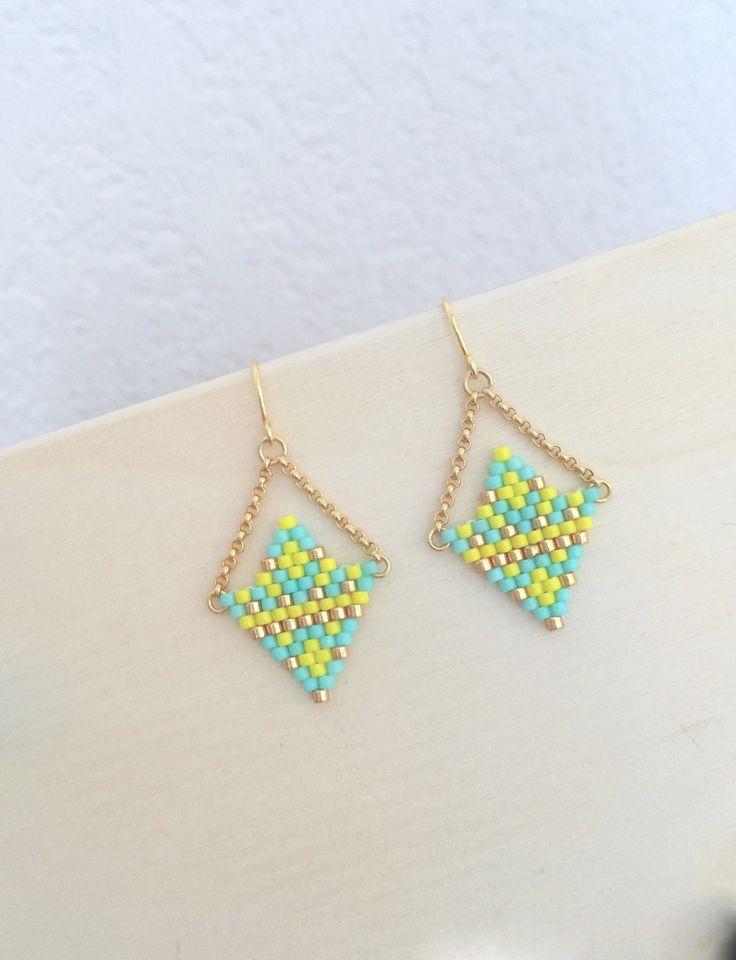 Petites boucles d'oreille estivales avec tissage de perles style flèche aztèque   Petit ensemble de perle miyuki tissées jaune, turquoise et doré 1,6cmx2cm  Suspendus par 2  - 18794027