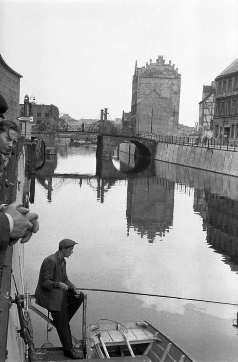 Berlin Mitte - Am Kupfergraben - im Hintergrund die Jungfernbrücke / by Erich Lessing - Berlin 1955