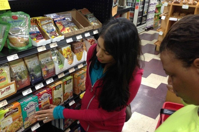 'Food Babe' blogger, Vani Hari, helps Pickens residents choose healthy options at the grocery store. (Photo: Vani Hari)