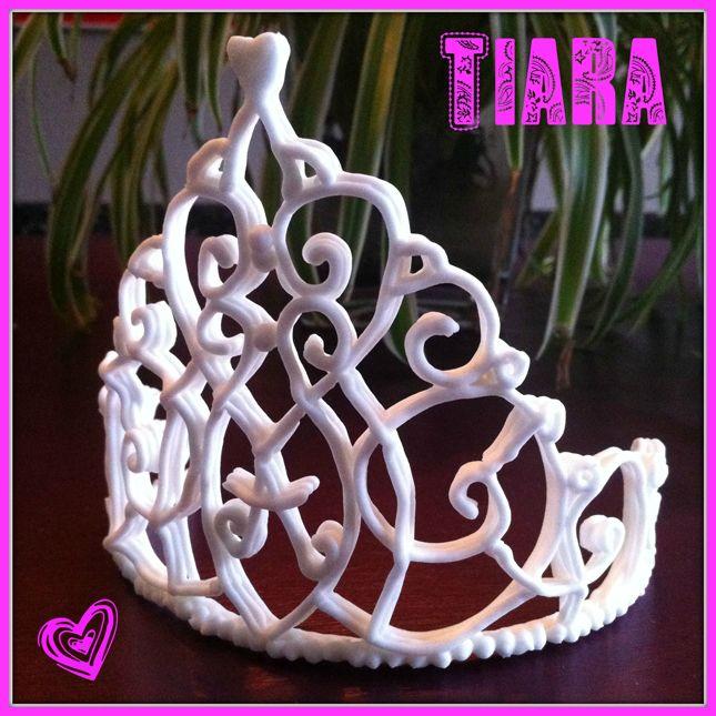 Voor een prinsessentaart heb ik een tiara van royal icing gemaakt. In dit artikel leg ik uit hoe ik dat gedaan heb. Jarige prinsesjes zullen blij zijn!