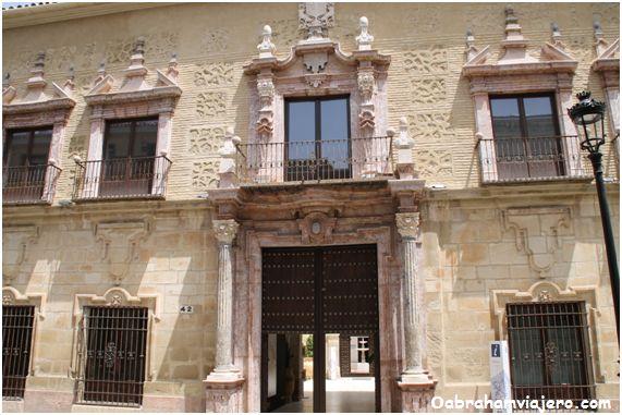 Es un palacio barroco de gran nobleza que se pone de manifiesto en una alargada fachada de dos cuerpos, de sillares y ladrillo con…
