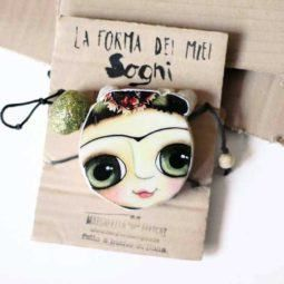 Doll Big eyes in a wood necklace. Art and positive messages by Margherita