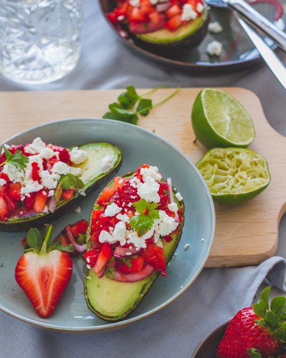 Filled avocado with strawberries en feta cheese - Gevulde avocado met aardbeiensalsa en feta - www.cookameal.be #cookameal