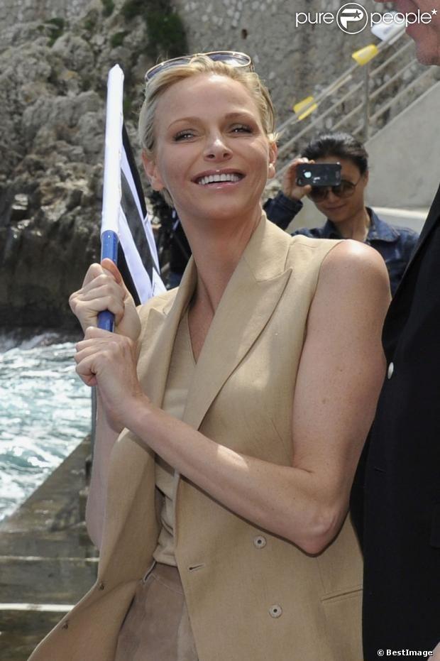 La princesse Charlene, rayonnante après avoir assisté ce vendredi 24 mai à la descente en apnée de Pierre Frolla, parti chercher le drapeau à damier du Grand Prix de Monaco. Signés par les pilotes de F1, celui-ci sera vendu aux enchères au profit dune association, Aequalia.