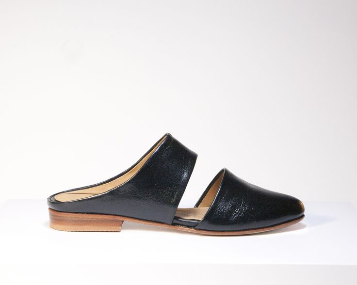 Cut-out mule in black glazed leather and natural leather lining. Natural  outsole and
