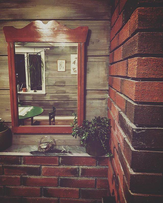 Pochwalę się jeszcze zdobycznym lustrem.  Nie wiem, jak jest stare... aale ważne, że jeszcze odbija dobrą energię!  #starelustro #fengshui #☯ #zadwiedyszki #antyk #staroć #oldmirror #wooden #mirror